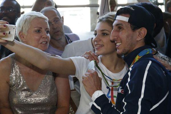 Sofiane Oumiha à son retour à Paris avec des fans