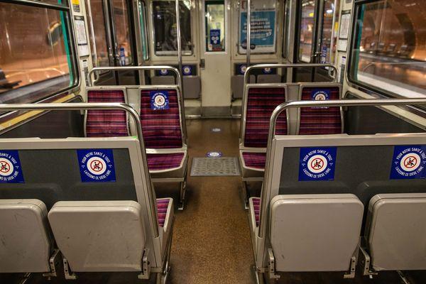 Des millions de stickers ont été collés dans le métro parisien pour encourager les voyageurs à respecter les mesures de distanciation physique.