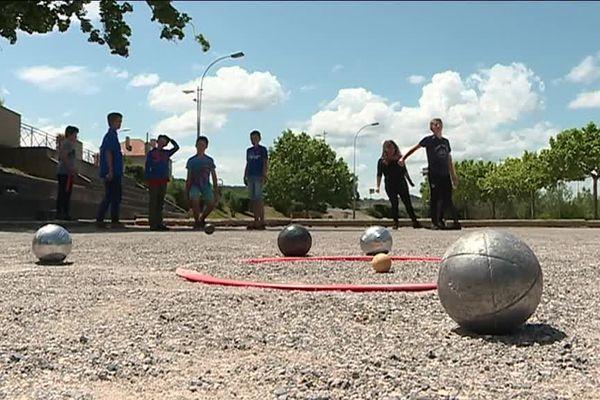 Les enfants s'entraînent à la pétanque à Digne-les-Bains.