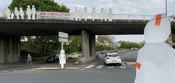79 silhouettes blanches à l'entrée de Tours coté Est