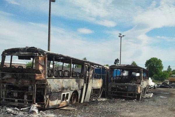 Deux bus de transport scolaire et une voiture ont brûlé dans la nuit de dimanche à lundi sur un parking de Riom, l'incendie serait volontaire.