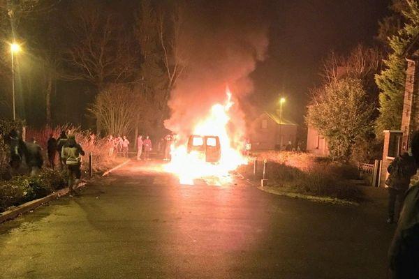 Un véhicule de la gendarmerie incendiée