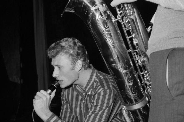 Le chanteur Johnny Hallyday répète le 22 octobre 1962 avec son saxophoniste le spectacle qu'il donnera dans la salle parisienne de l'Olympia.