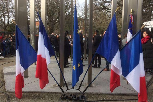 Ces drapeaux français rappellent que la journée de commémoration des victimes de la Shoah revêt une dimension nationale.