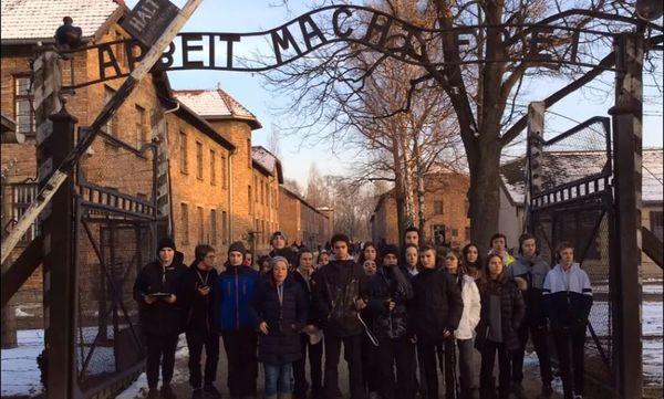 Les élèves du collège Notre-Dame de la Tramontane lauréats du prix Charles-Gottlieb devant l'entrée du camps d'Auschwitz