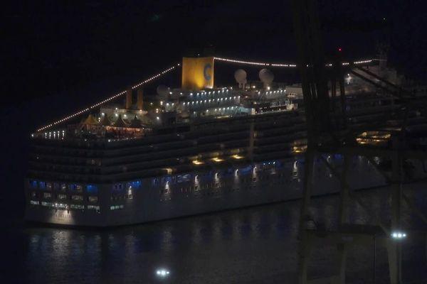 Barcelone (Espagne) - le paquebot est arrivé au port dans la nuit de dimanche à lundi, plus de 100 passagers français du Costa Deliziosa vont être rapatriés à Montpellier - 20 avril 2020.