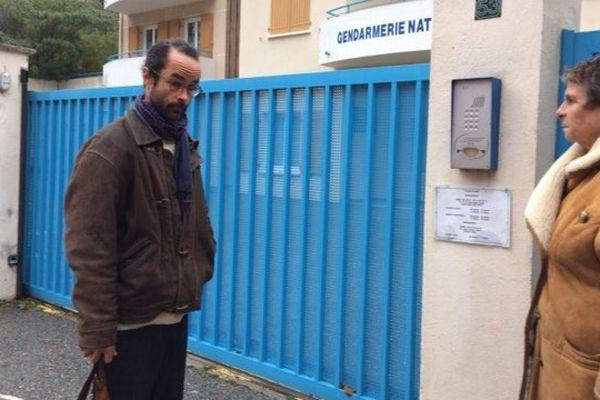 Cédric Herrou et son avocate devant la gendarmerie de Breil-sur-Roya.