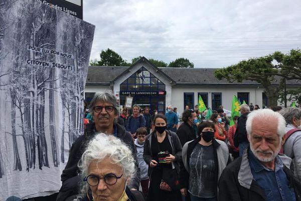 """Lannemezan - 29 mai 2021. Plusieurs centaines de personnes du collectif """"Touche pas à ma forêt"""" était présentes pour manifester."""
