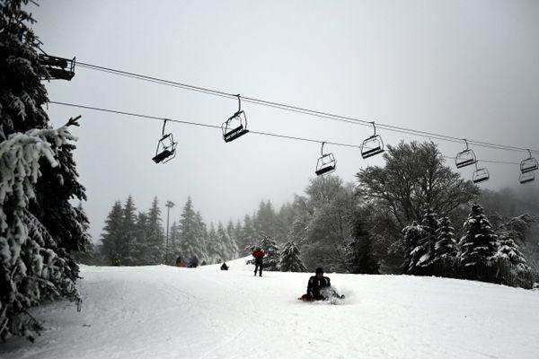 Près d'un mètre de neige recouvre la station de Super-Besse (Puy-de-Dôme).