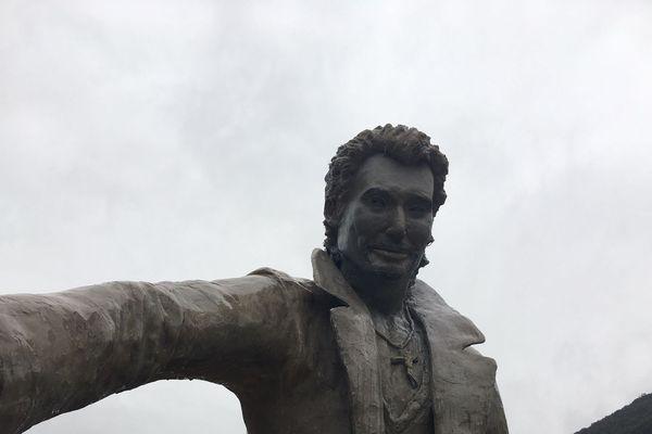 La statue de Johnny avec son nouveau visage