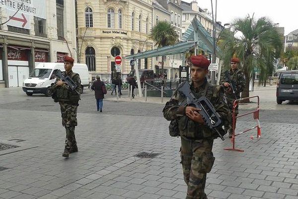 Les soldats du 1er RHP, le Régiment de Hussard Parachutiste basé à Tarbes, sillonnent la capitale béarnaise.