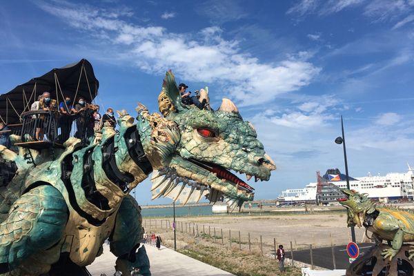 Le Dragon de Calais et son nouveau camarade de jeu