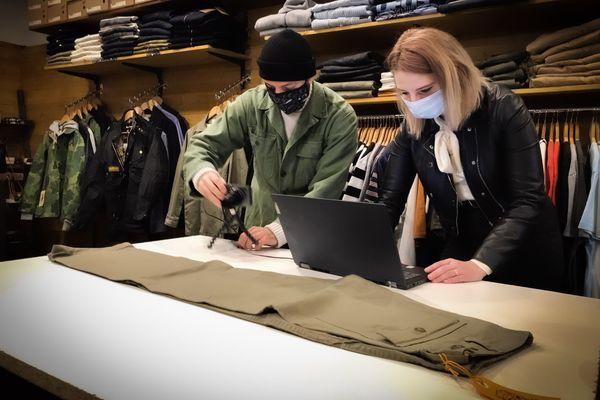 Julien Sérafino et Amélie Frideritzi  travaillent depuis un mois sur le site de click and collect  de la boutique.