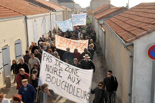 Le 11 avril 2010 : des centaines d'habitants des Boucholeurs manifestent pour s'opposer à la destruction de leurs maisons.