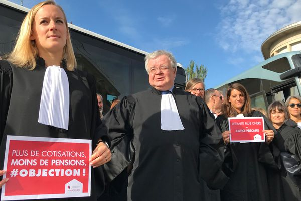 Ils étaient près de 40 avocats à partir en bus depuis Reims, direction Paris, pour manifester contre la réforme des retraites en prévision