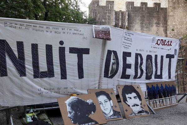 À l'entrée de la Tour de Crest, plusieurs pancartes ont été installées par des militants du mouvement Nuit debout.