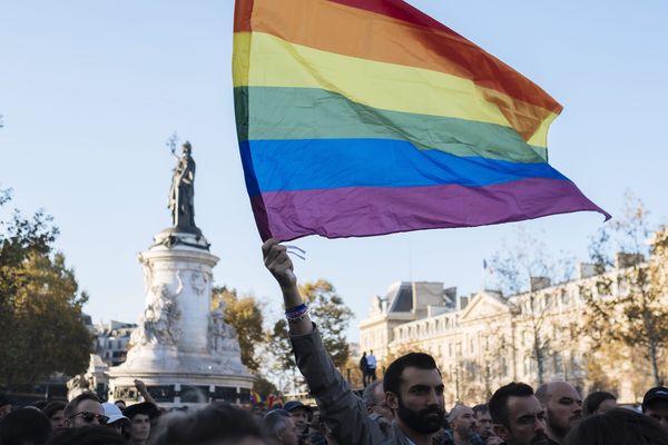 Plusieurs centaines de personnes rassemblées place de la République a Paris en octobre 2018 pour protester contre violence homophobes.