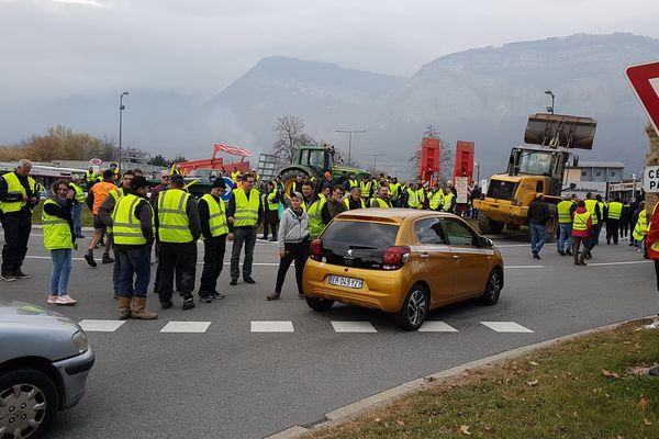 Plusieurs centaines de personnes ont tentent encore de bloquer la route à Crolles