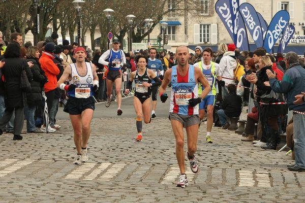 Près de 11 000 coureurs sont attendus demain dimanche pour le départ du marathon de La Rochelle (archives 2008).