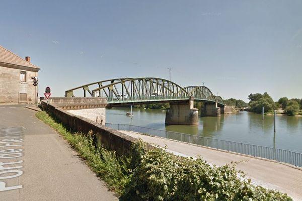 L'actuel pont de Fleurville, sur la Saône, reliant Fleurville (Saône-et-Loire) à Pont-de-Vaux (Ain) par la RD933a