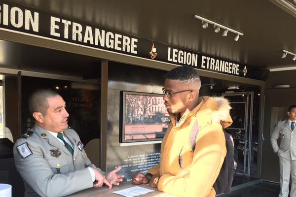 La Légion Etrangère a installé son camion de recrutement le 16 novembre au Puy-en-Velay (Haute-Loire)