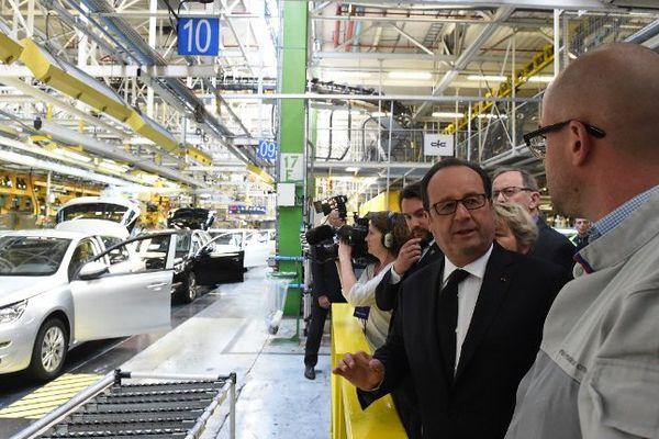 François Hollande sur les chaînes de l'usine PSA de Sochaux