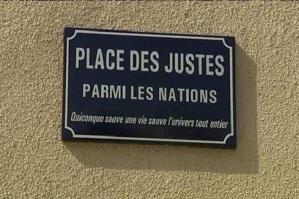 La place se situe à l'angle du boulevard de la Cité et de la rue Neuve Saint-Etienne.