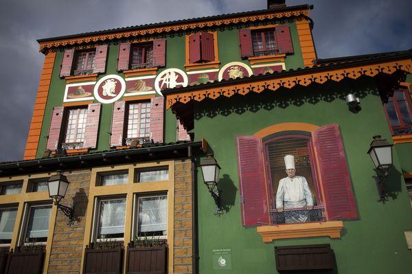 """D'ordinaire ouvert 7 jours sur 7, toute l'année, le restaurant gastronomique Paul Bocuse, l'Auberge du Pont de Collonges, près de Lyon, a fermé ses portes à cause du coronavirus. Un """"tsunami"""" pour les équipes prêtes à reprendre du service en une semaine dès le confinement levé."""