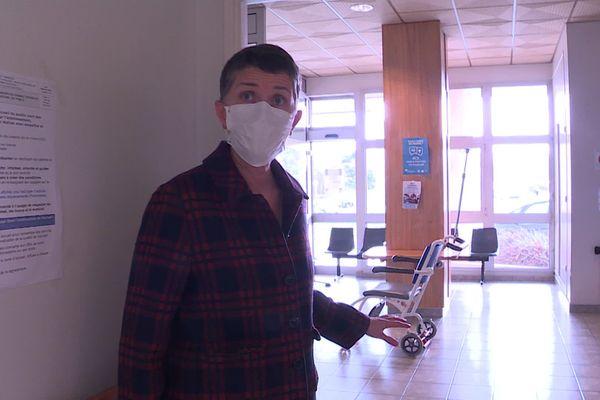 Sonia Cauchin, cheffe du pôle médecine de l'hôpital de'Alençon, devant le centre de vaccination
