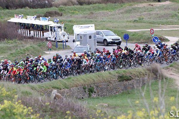 Le peloton du Tour de Bretagne à 55 kilomètres de Quiberon, au kilomètre zero