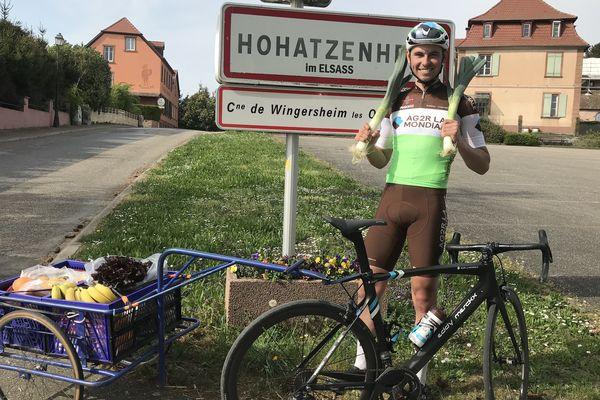 Depuis le confinement, le cycliste Antoine Raugel livre des courses à vélo dans son village du Bas-Rhin.