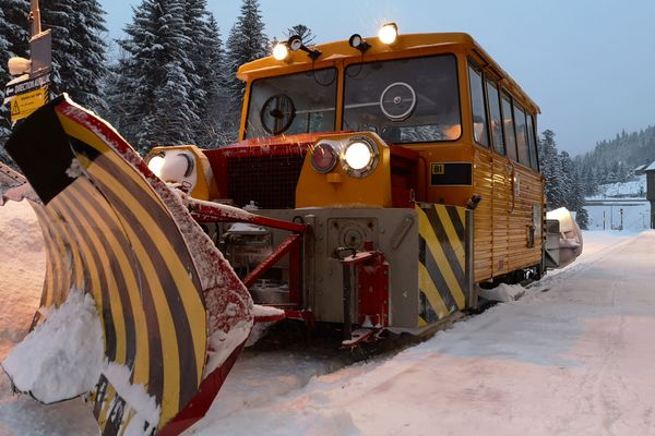 Un de ces chasse-neiges, basé initialement à Clermont-Ferrand, a été mis en route sur la gare du Lioran depuis vendredi 25 janvier. Il a une capacité de déneigement de 0 à 50 cm au-dessus du rail.