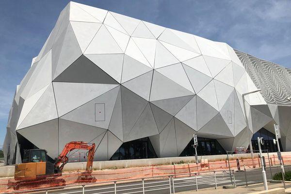 Cannes (Alpes-Maritimes) : les abords extérieurs du Cineum sont encore en chantier, à un mois du Festival de Cannes.