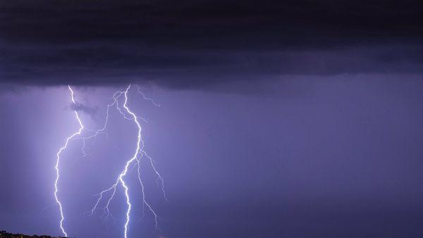 Des éclairs zèbrent le ciel à 6h52 ce dimanche matin au-dessus de Cannes.