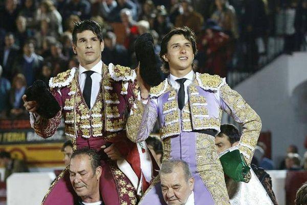 Roca Rey et Manzanares quittent l'arène d'Olivenza en triomphe. Une image qu'on a des chances de revoir bien des fois cette saison. Le dimanche de Pâques à Séville?