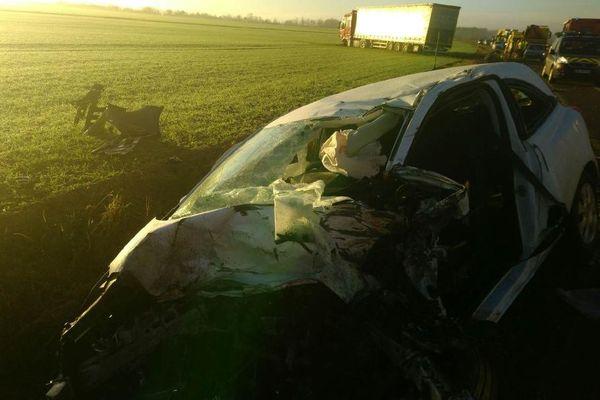 L'Opel Corsa est entrée en collision avec un camion venant en sens inverse.