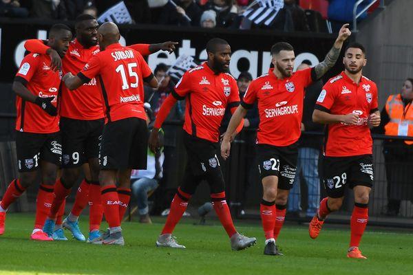 La joie des joueurs de l'EA Guingamp après le but égalisateur de Bryan Pelé face au FC Lorient.