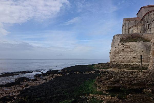 L'océan fragilise la base des remparts historiques du village de Talmont-sur-Gironde (17)