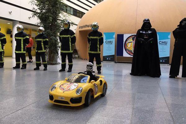 Les pompiers de Caen et les membres de l'association 501st Legion French Garrison ont rendu visite ce lundi au service pédiatrique du CHU de Caen