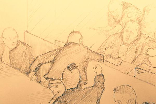 Les deux frères de Marie-Hélène Gonzalez, tuée et mutilée par Rançon en 1998, assis du côté de la partie civile, traversent la salle d'audience pour tenter d'attraper Jacques Rançon, protégé par son box.