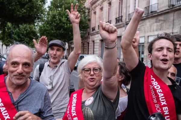 Les trois nouveaux conseillers municipaux d'extrême gauche de Bordeaux fêtent leur entrée au Palais Rohan : Phillippe Poutou, Evelyne Cervantès et Antoine Boudinet dont la main avait été arrachée lors d'une altercation entre police et gilets jaunes devant la mairie en 2018.