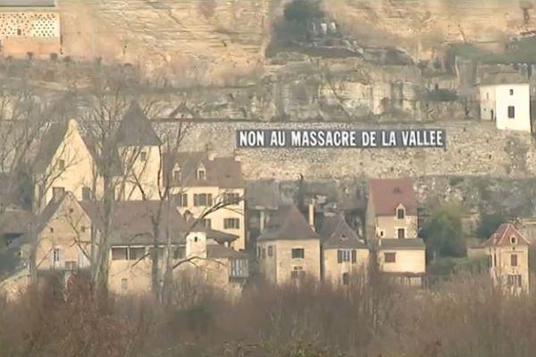 Le village de Beynac, entre la falaise et la rivière Dordogne, offre une voie de circulation assez étroite pour les voitures et les camions