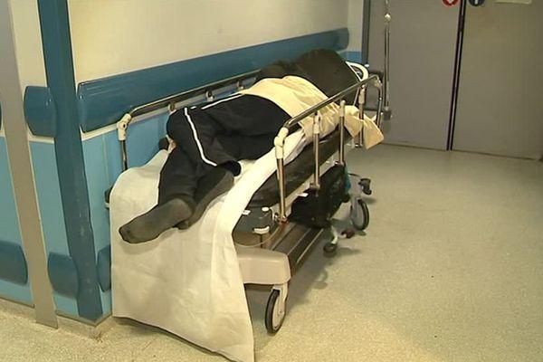 Ce patient attend qu'une place se libère au sein du service des urgences de Perpignan. En attendant, il dort dans le couloir - 2019.