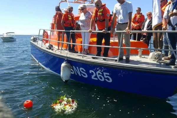 Sur l'étang de Thau, les sauveteurs en mer de Mèze rendent hommage à leurs 3 collègues décédés en intervention le 7 juin aux Sables d'Olonne. 13/06/2019