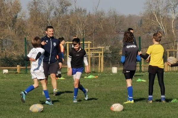 Un entraînement de l'école de rugby au Stade Blayais, sans contact pour respecter les mesures imposées par la crise sanitaire.