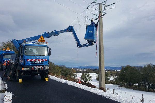 En Auvergne, les agents d'Enedis poursuivent leurs interventions pour raccorder les 5200 foyers privés d'électricité au matin du 1er novembre