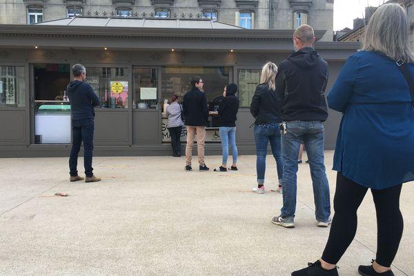 Au détour d'une balade dans la ville, la friterie reste, pour l'instant, l'un des endroits où on peut se restaurer rapidement, en attendant la réouverture des restaurants classiques, prochainement