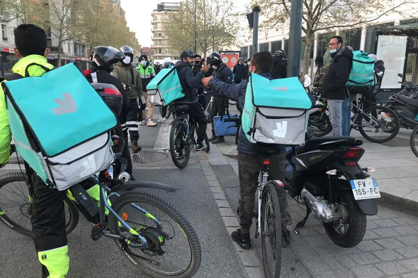Une quarantaine de livreurs travaillant pour les plateformes Uber Eats et Deliveroo ont cessé le travail, dimanche 4 avril au soir, à Rennes (35).