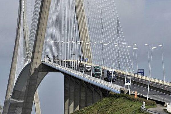 Le Pont De Normandie entre Honfleur et Le Havre, qui relie la Basse Normandie à la Haute Normandie, symbole de la réunification de ces 2 régions