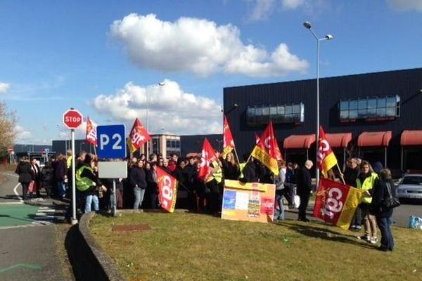 Grévistes devant l'entreprise de logistique Deret à Sran (Loiret)